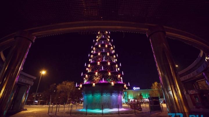Ёлочка на миллион: 28-метровое новогоднее украшение Тюмени уберут с Цветного бульвара к началу весны