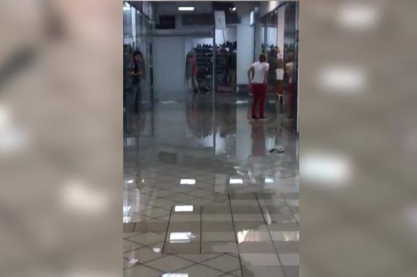 Покупателям надо быть осторожными, чтобы не поскользнуться на свежевымытом полу