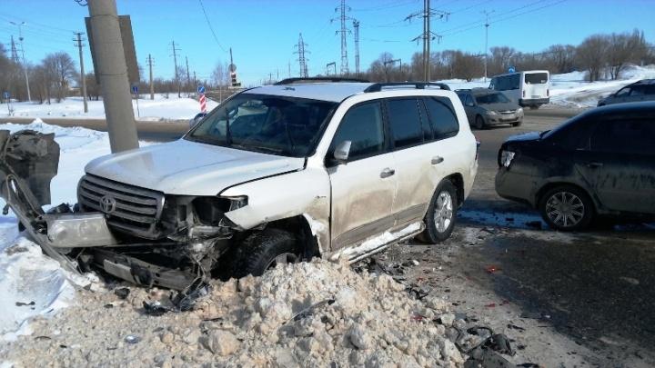 Пролетел на красный свет: в Тольятти водитель Toyota Land Cruiser снес капот «Ладе-Гранте»
