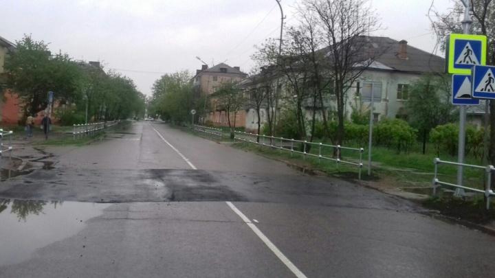 В Рыбинске установили лежачего полицейского в виде заплатки на дороге
