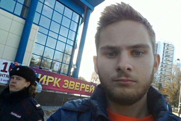 Плакат у уроженца Украины отобрали, а его самого доставили в отделение полиции