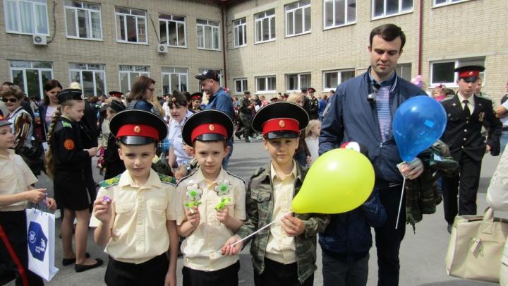 Ростовские школьники устроили ярмарку, чтобы помочь мальчику с сожженным лицом