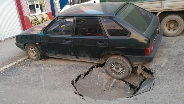 В Перми на улице Юрша образовался провал в асфальте
