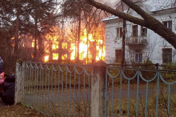 На Среднем посёлке в Ярославле один за другим горят расселённые дома
