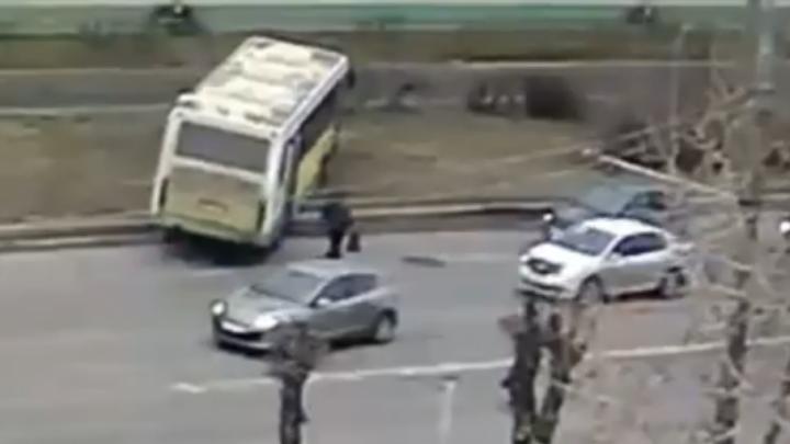 Водитель автобуса, которому стало плохо за рулём, в реанимации