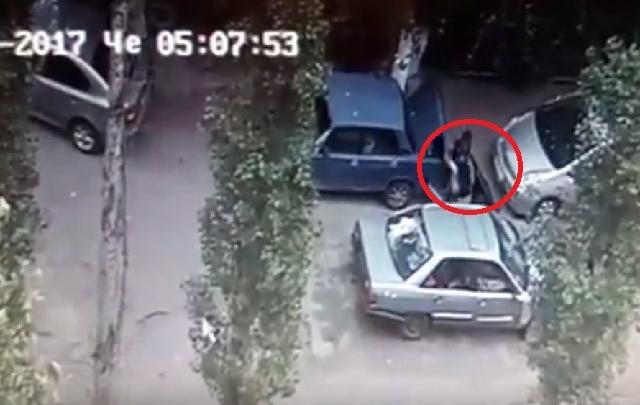 В Волгограде по видео ищут воришку, укравшего из багажника машины сабвуфер