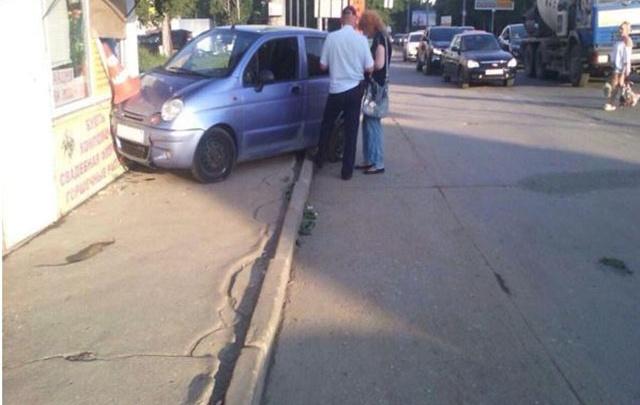В Самаре пенсионерка на Daewoo Matiz сбила двух пешеходов и врезалась в цветочный павильон