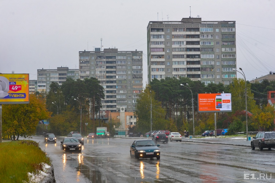 Высотки МЖК выстроились вдоль улицы Высоцкого. Местные жители считают, что балконные пролёты первого (ближнего на фото) дома похожи на зубчики пилы.