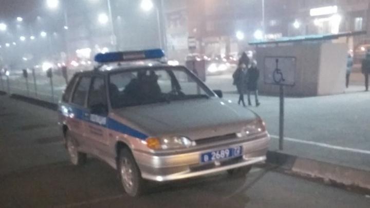 Тюменских полицейских, припарковавших машину на месте для инвалидов, оштрафовали