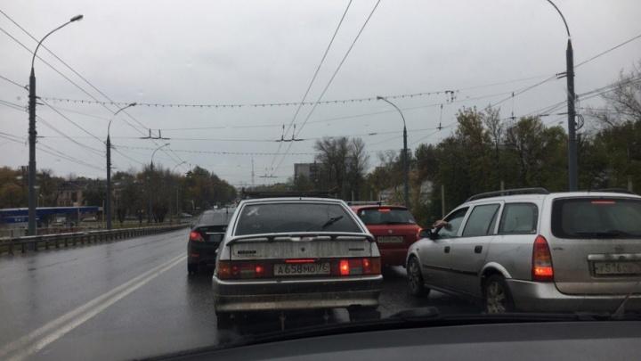 Сегодня утром ярославцы встали в пробку у Моторного завода в сторону центра