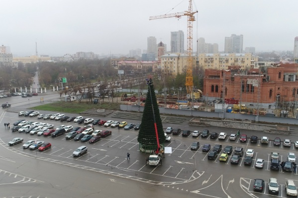 Машинное депо рядом с главной елкой не добавляют горожанам праздничного настроения