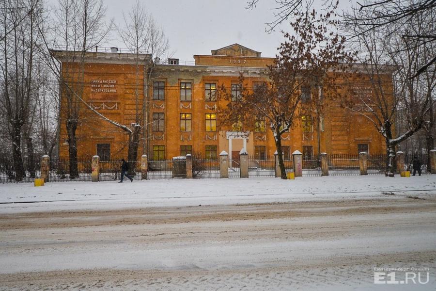 Здание школы величественно
