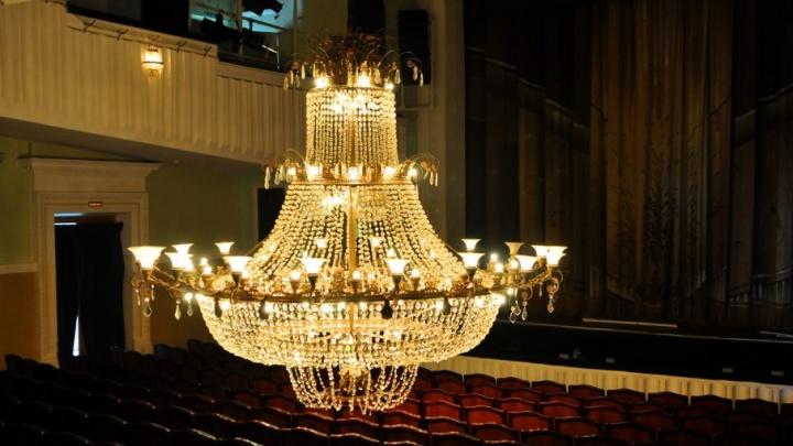 В Волгоградском музыкальном театре два дня до блеска начищали 700-килограммовую люстру