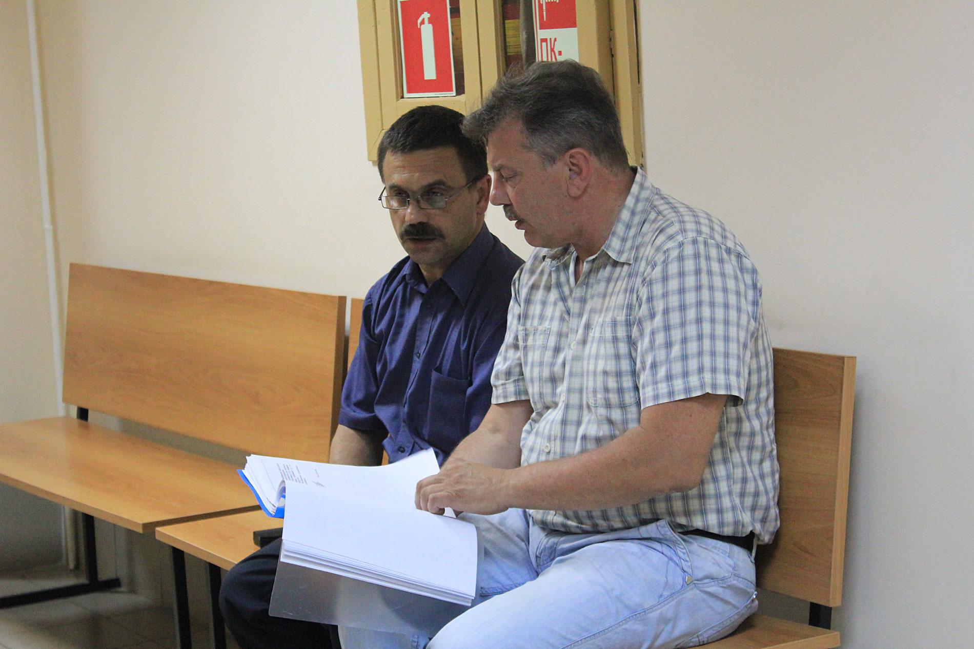 Сергей Хатунцев показывает многочисленные ответы надзорных органов Росавиации