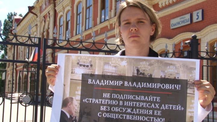 В Волгограде участницу одиночного пикета забрала полиция