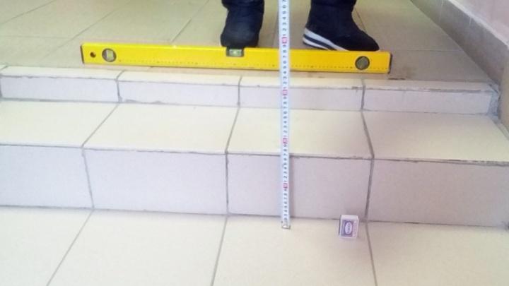 «Это катушка, а не лестница»: юрист сломал позвоночник, упав со ступеней в суде