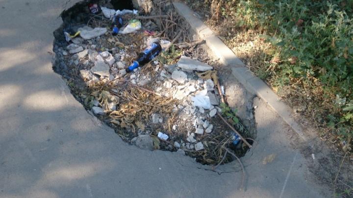 В Дзержинском районе Волгограда яма на новой дороге превращается в свалку