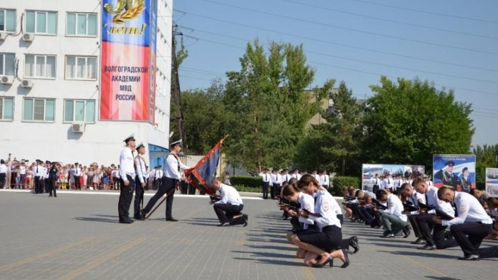 Курсанты Волгоградской академии МВД получили выговоры за «элитный» выпускной