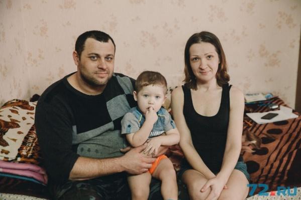 Супруги разместились в одной из комнат неработающей придорожной гостиницы