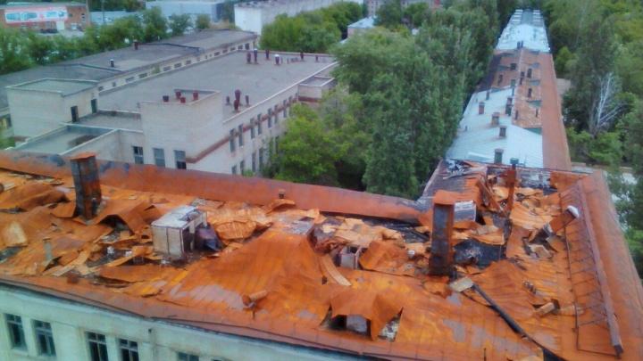 В Самаре по крыше заброшенного дома печати разгуливала группа подростков
