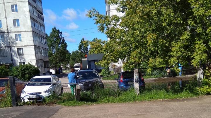 Женщина на внедорожнике протаранила забор ярославской школы