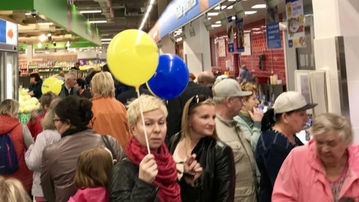 Это всё из-за шариков: ярославцы атаковали новый продуктовый гипермаркет