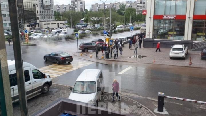 На дорогу хлынул поток горячей воды: в Перми у ТЦ «Айсберг» прорвало тепломагистраль
