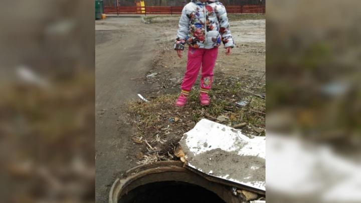 В Ярославле рядом с детской площадкой оставили открытый люк