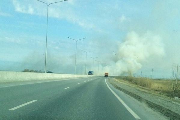 Угрозы распространения огня на автомобильную дорогу, жилые дома и территорию садовых обществ нет