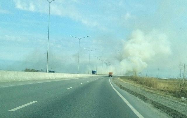 Объездную дорогу в районе Лесобазы заволокло дымом: горит трава
