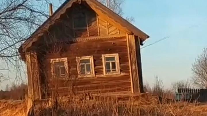 В Вилегодском районе столетний дом рухнул в реку