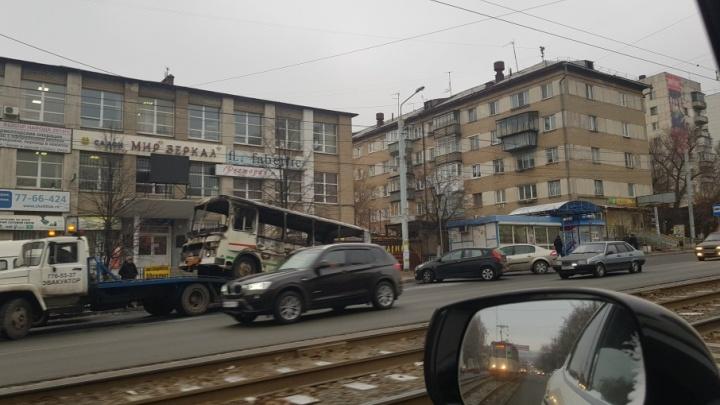 На остановке в Челябинске сгорел ПАЗ