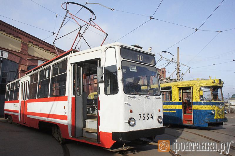 Трамвай ЛМ-68М, ставший основой для модернизации,  и трамвай ЛМ-57, внешним видом которого вдохновлялись конструкторы