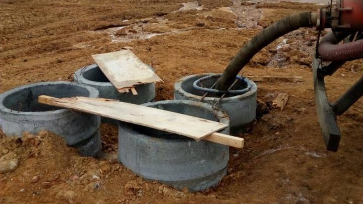 «Всё это попадёт в скважины»: в посёлке под Челябинском сливают нечистоты рядом с домами