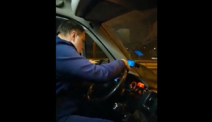 Тюменка пожаловалась на водителя маршрутки, который отвлекался на смартфон во время движения