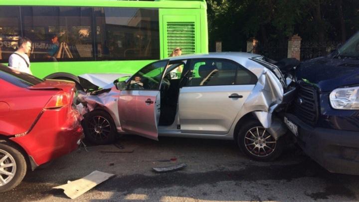 На Луначарского столкнулись грузовик и три легковушки: пострадала тюменка