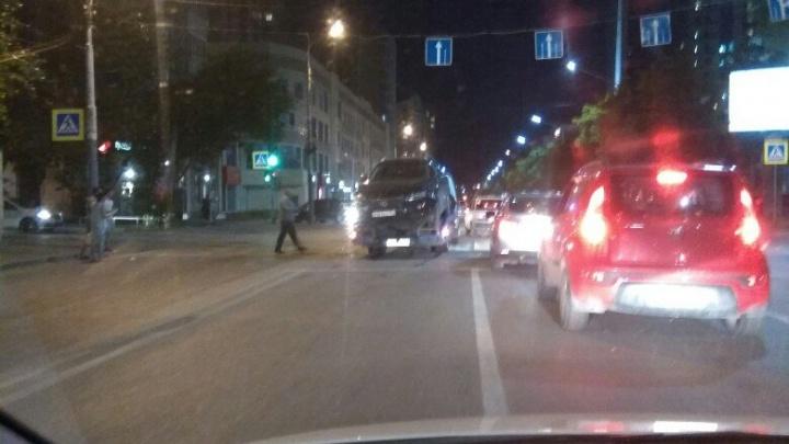 В центре Ростова после столкновения с Hyundai оказался разбит Lexus