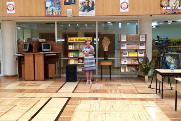 Сноп колосьев занял свое место в библиотеке имени Горького