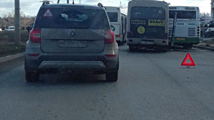 В Ростове в столкновении маршрутки и автобуса пострадала пассажирка