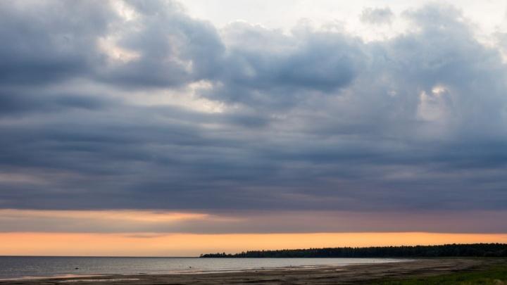 На Рыбинском водохранилище мужчина выпал в воду из катера: его ищут водолазы