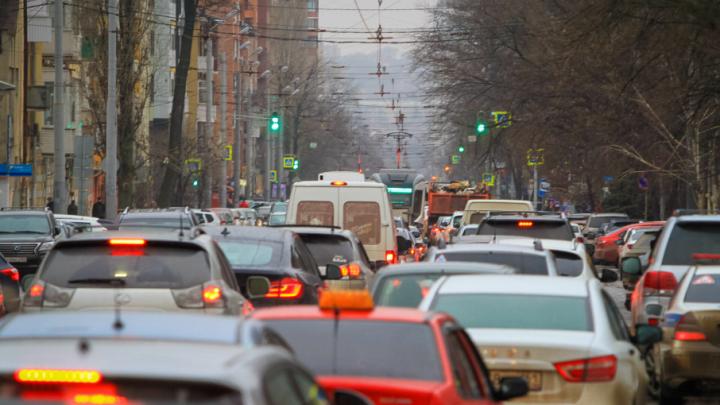 Ростов-на-Дону встал в многокилометровые пробки из-за десятка аварий