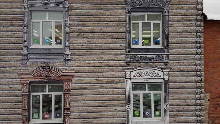 Окна iPhone в старинных наличниках: в Тюмени появился новый стрит-арт