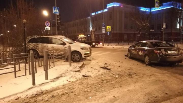 Ночью в Тюмени столкнулись Audi и Toyota с логотипом такси