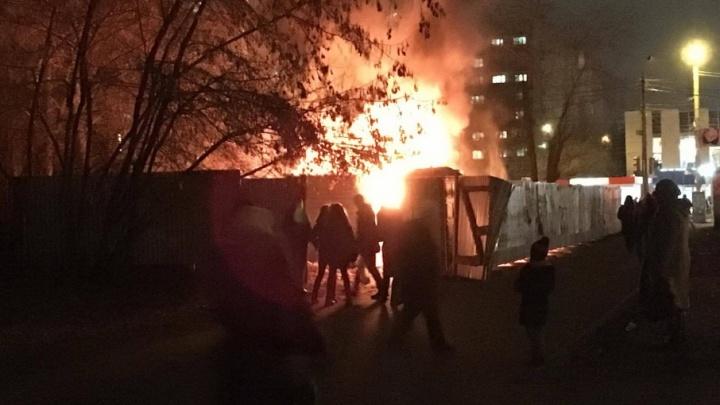 «Так будет каждый день»: в Челябинске вспыхнула строительная площадка торгового комплекса