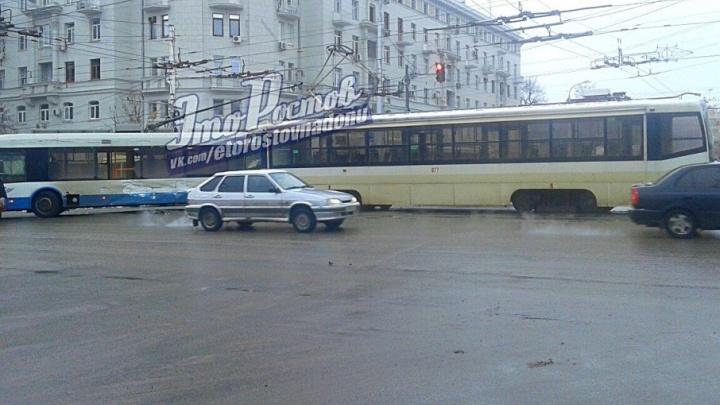 Из-за столкновения трамвая и троллейбуса в центре Ростова образовалась пробка
