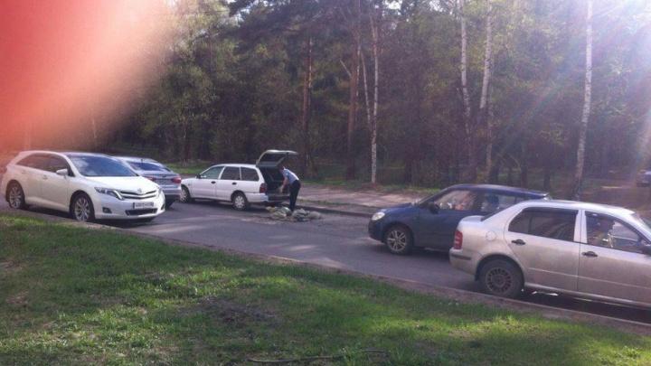 Водитель из Ярославля сам отремонтировал яму посреди дороги