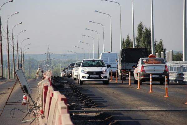 Автомобилисты смогли лично оценить новое дорожное покрытие моста