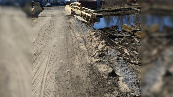 «Уже начинает рассыпаться»: через реку Долгая Щель в Маймаксе открыли мост