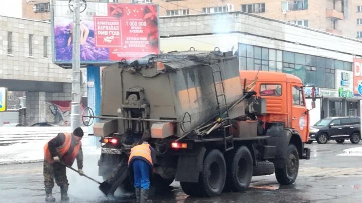 Асфальт — в снег: в администрации Архангельска заявляют, что технология ямочного ремонта не нарушается