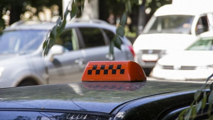 В Ростовской области у водителя такси клиенты забрали машину